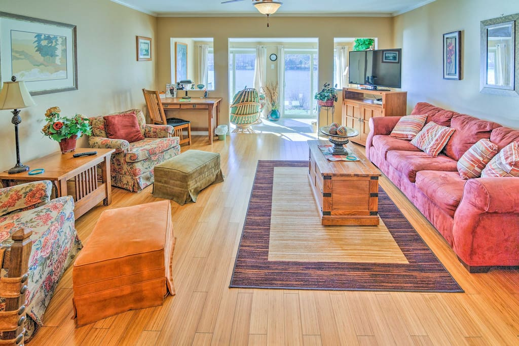 The living space boasts 2 bedrooms and 1.5 bathrooms, accommodating up to 5 guests.