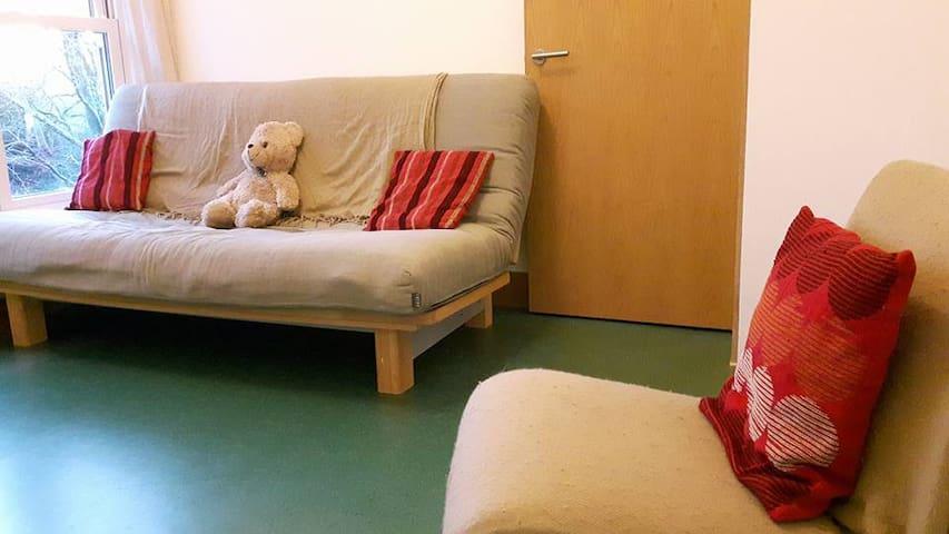 Quiet, comfortable, top floor flat & decking area - Grampound
