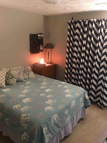 Comfy Queen Bed Room