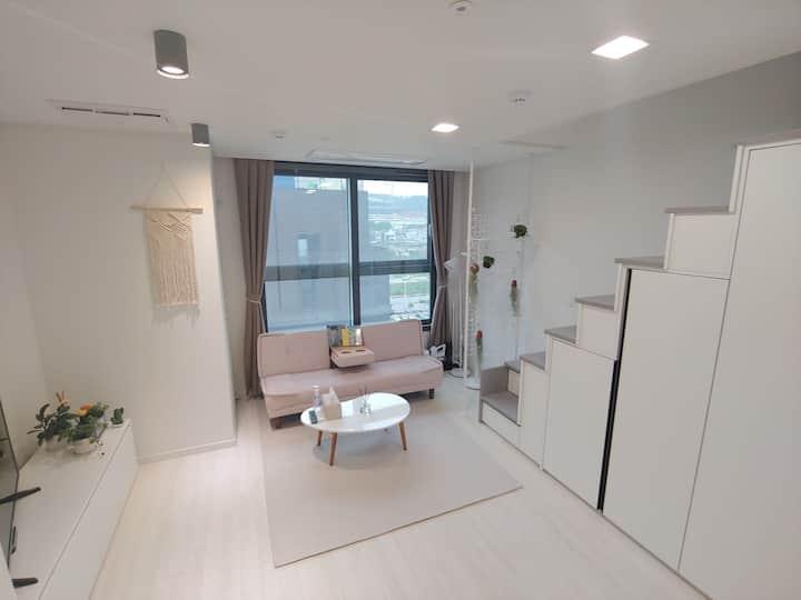 ★ Refresh9 ★ 복층, 테라스, 신축건물, 풀옵션 , 편안한 휴식을 위한 인테리어