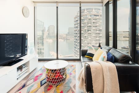 Modern Designer Apartment with Panoramic Harbour Views