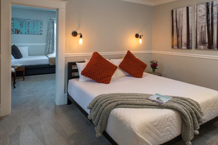 Cascade Suite - Best location in Hood River! Your own apartment in a stylishly updated laid-back and fun boutique Hotel!