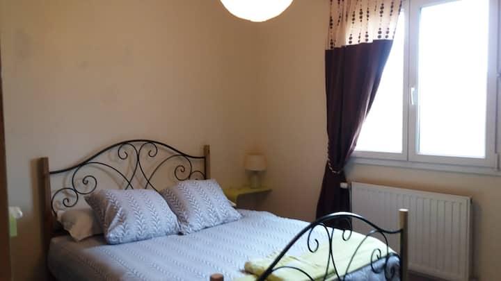 TOUSSIEU chambre V 2 pers+cuisine&sdb dans maison