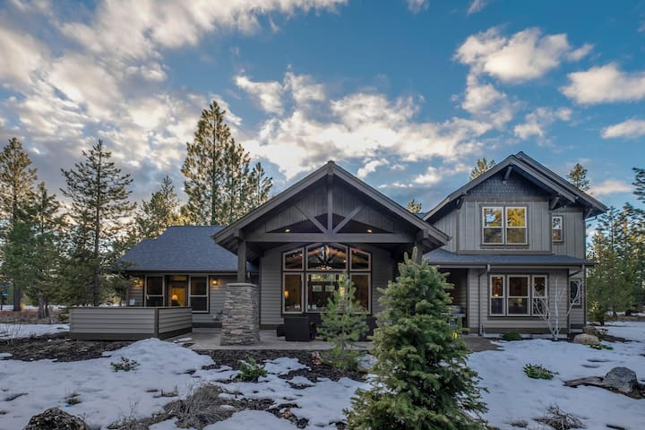 New luxury home with private hot tub, Caldera Springs amenities, & SHARC access!