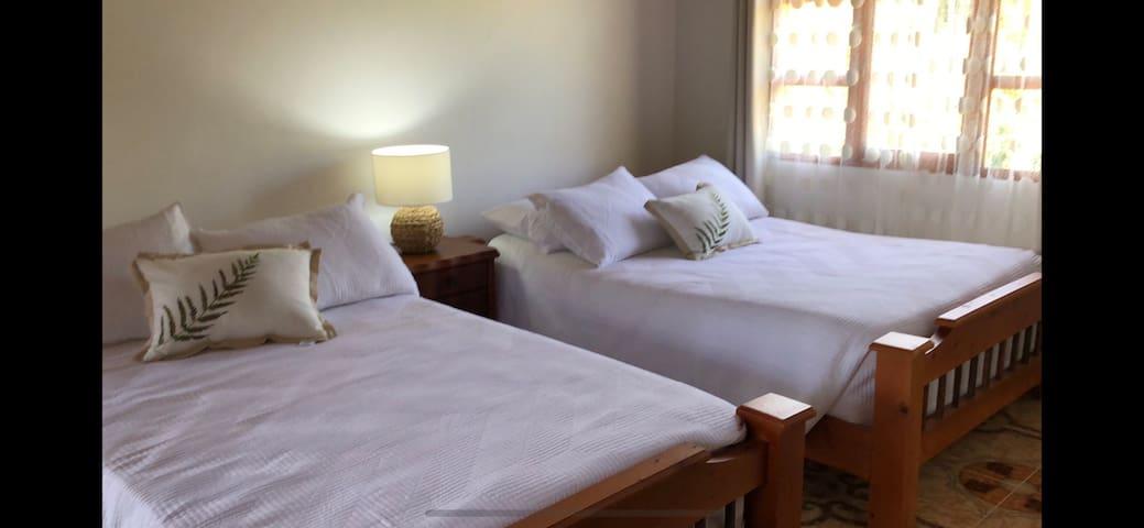 Cómoda y amplia habitación con baño privado amplio closet y camas super comfortables