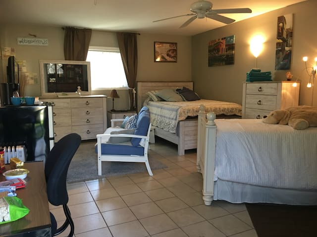 Lg bedroom, sleeps 4, private entry, share bath. - Laguna Hills