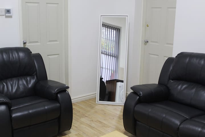 LUXURY TWO BEDROOM LARGE APARTMENT NR CITY CENTER