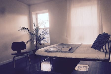 The Minimalist's Garden Retreat: Deluxe Room - Brooklyn