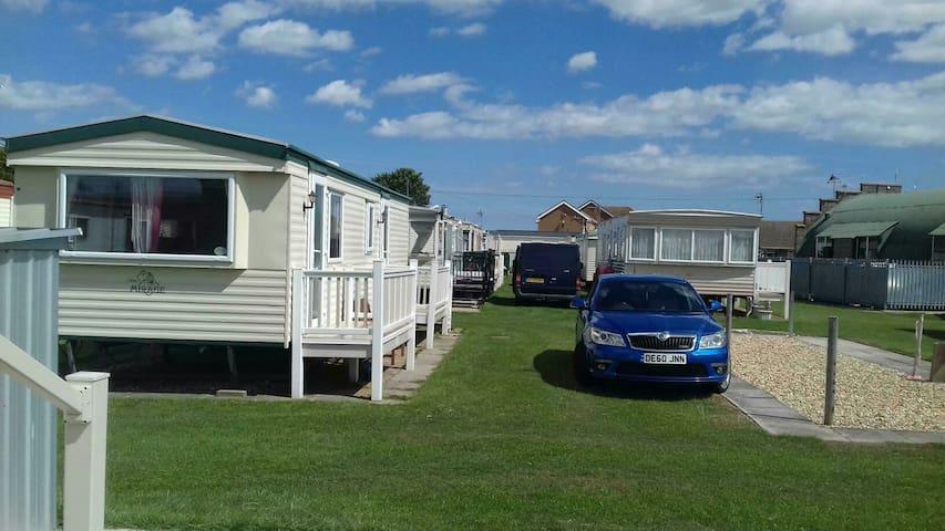 Cosy 2 bedroom caravan with parking ingoldmells.