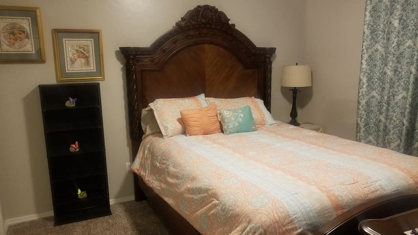 Private Room #3 with Queen Bed in Mountain Home