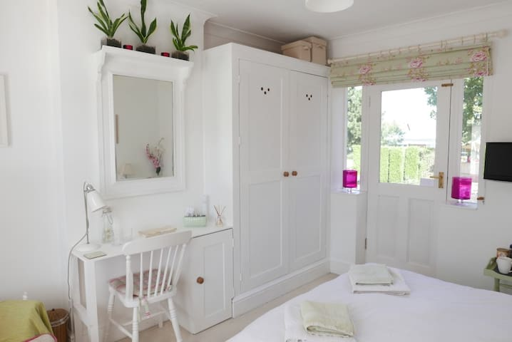 Beautiful Sunny Double Room in Family Home - Poole