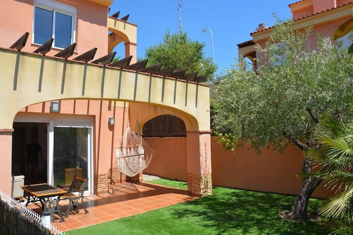 Casa con jardín privado y piscina comunitaria