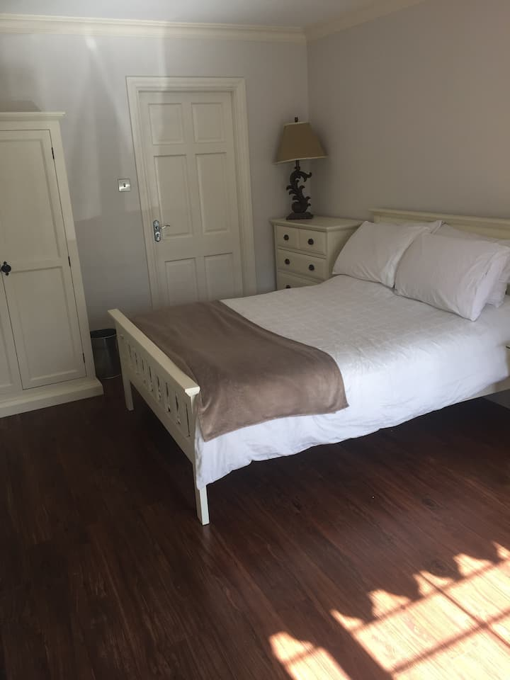 Large double room close to Shannon Airport