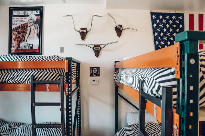 Great Bed in Shared Room Close to Union Station!