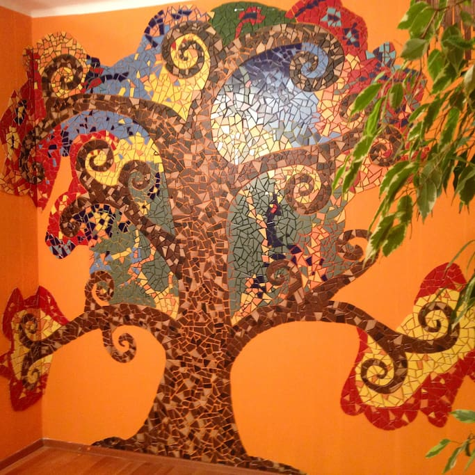 Mosaikbaum vorm Bett