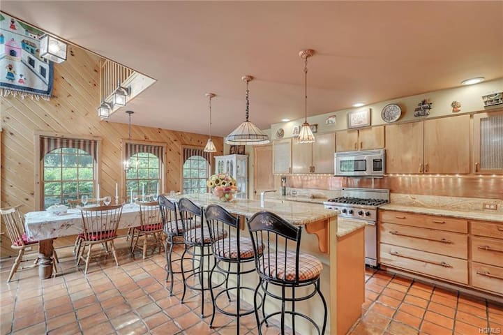 Charming 5bed/2.5bath Private Oasis in Honesdale!