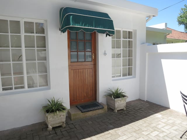 StayOnThird - Beachfront Private - Cottage - Port Elizabeth - Apartment