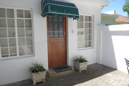 StayOnThird - Beachfront Private - Cottage - Port Elizabeth
