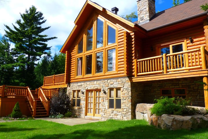 Spacious Luxury Log Home with  private hot tub - Mille-Isles - Chalé