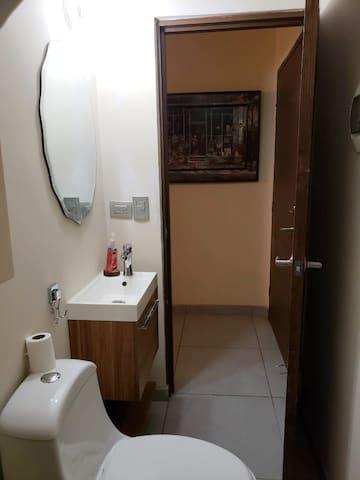 Medio baño primer piso