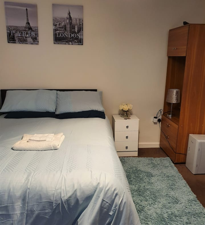 Large Guestroom close to Cntrl London Free parking