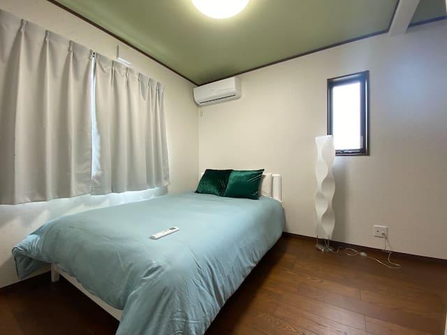 【2階】寝室③ ダブルベッド1台。 静かなお部屋、清潔なリネン。