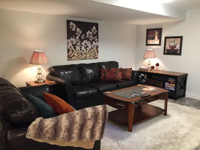 Splendid private suite with pool - 3 mins to QEW