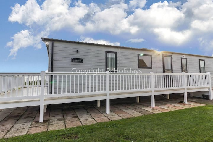 8 berth Stunning lodge with FULL sea view & decking at Hopton on sea ref 80004H