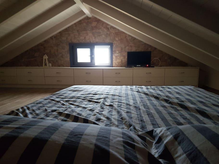 Η σοφίτα.  έχει ένα διπλό και ένα μονό κρεβάτι.