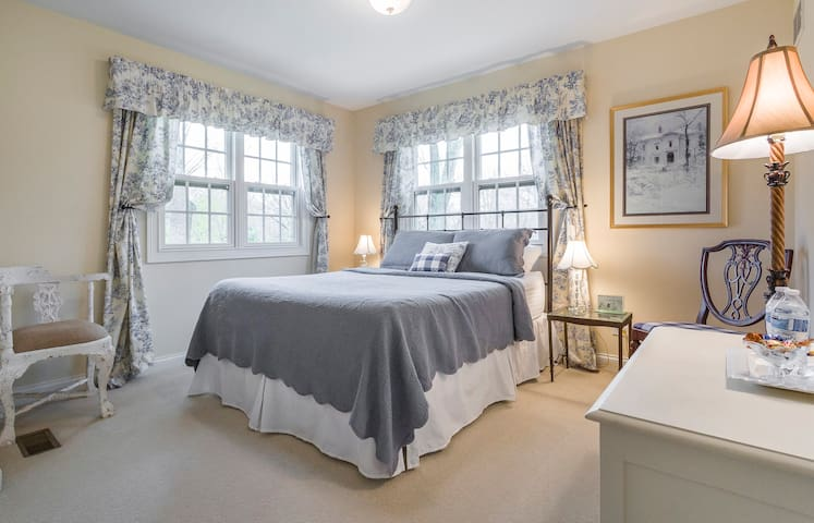 Lovely Queen Bed In St. Charles