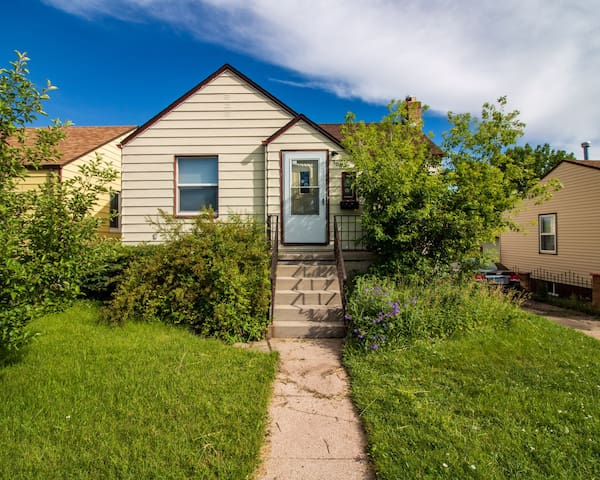 Charming & Cozy! Less than 2 miles from CFD park