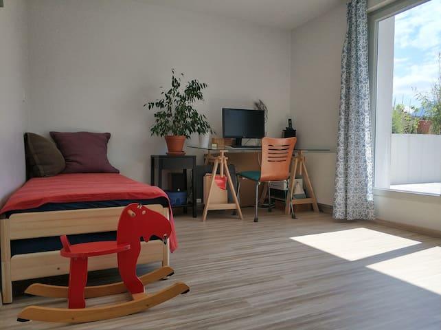 Chambre 1 avec deux lits simples convertibles en lit deux personnes.