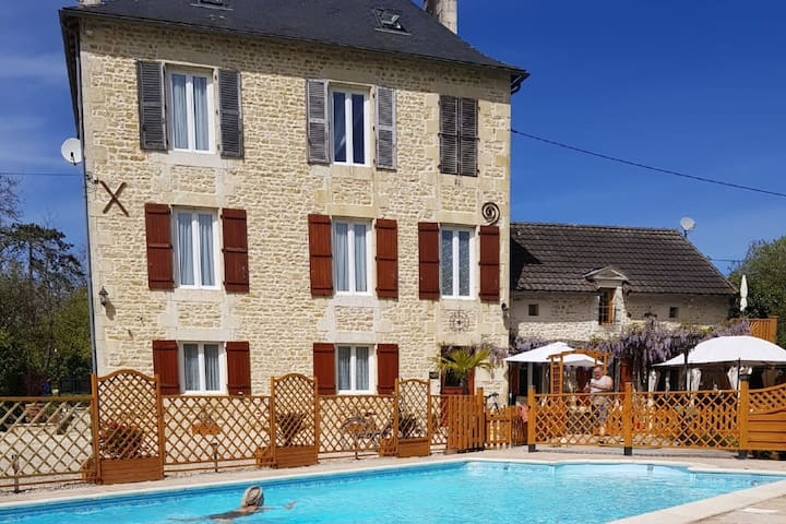 Charmant studio au premier étage d'une villa avec piscine chauffée et jacuzzi