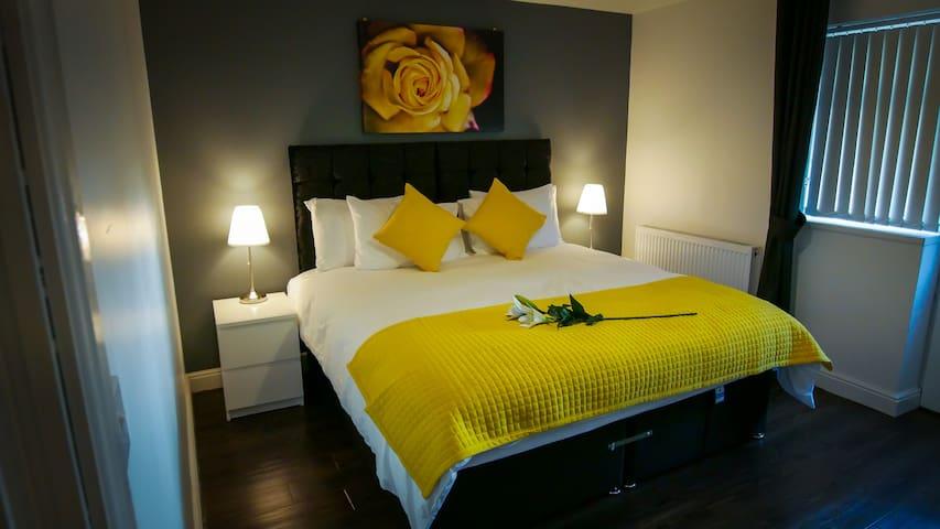 Luxurious Ground Floor One Double Bedroom Apt.