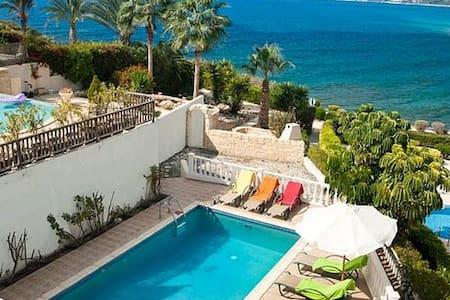 Luxury sea front villa - Kissonerga