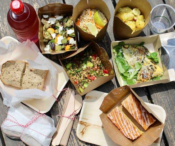 Pique-nique Salade Pad Thai,  pommes de terre aïoli,  légumes rôti et feta,  salade de blé et lentilles vertes,  frittata,  sandwich roquefort,  noix et pomme,  sandwich oeufs mimosa avec anchois.  Gâteau au citron et Sirop à l'eau ou Iced tea maison