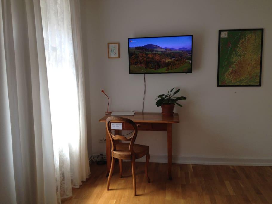 Schreibtisch mit Flachbild TV