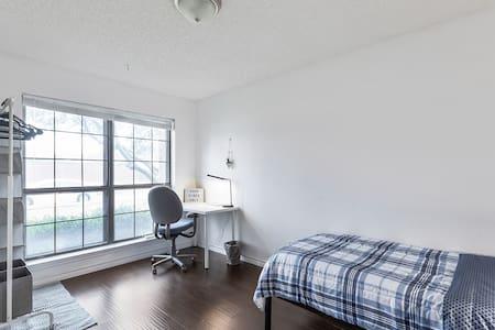 NY style room,  2 min to Hwy75 Plano!