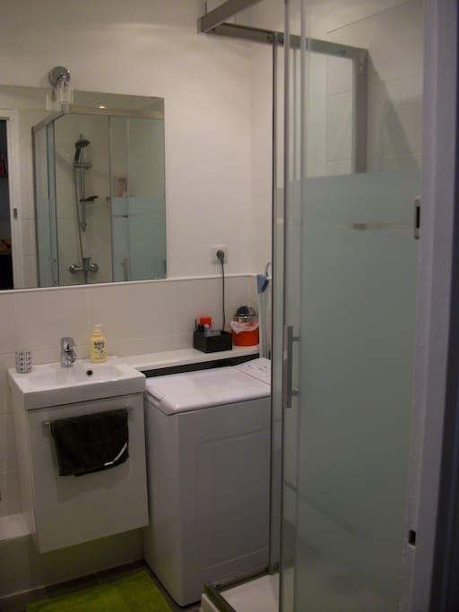 Salle de bain propre & fonctionnelle