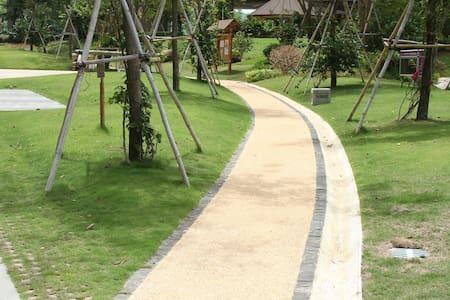 万科森林度假公园/两室一厅/阳台听雨/山道漫步/小区游泳看电影钓鱼 - Sanya