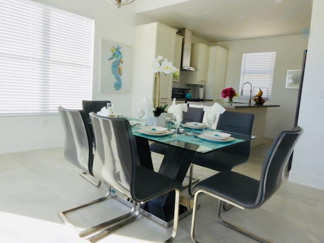 Cozy dining room.