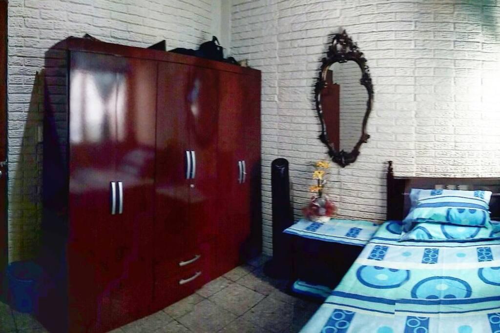 En esta foto se puede observar el guardaropa que podrán utilizar y la vista del cuarto desde otra perspectiva. Here you can see the wardrobe and another point of view of our room.