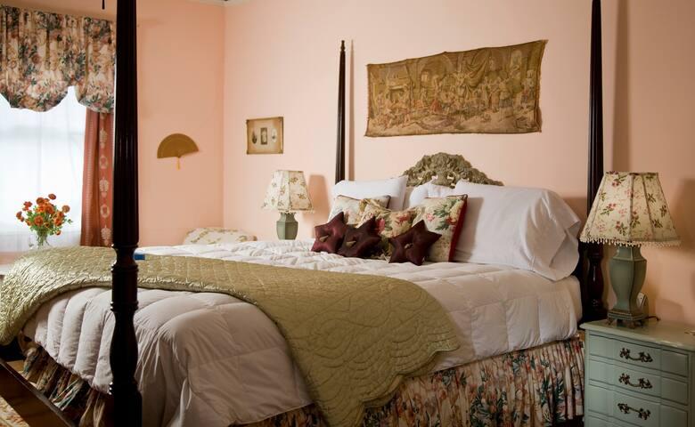 ★HAMPTON TERRACE INN ★Elegant King Room with Fireplace & Clawfoot Tub