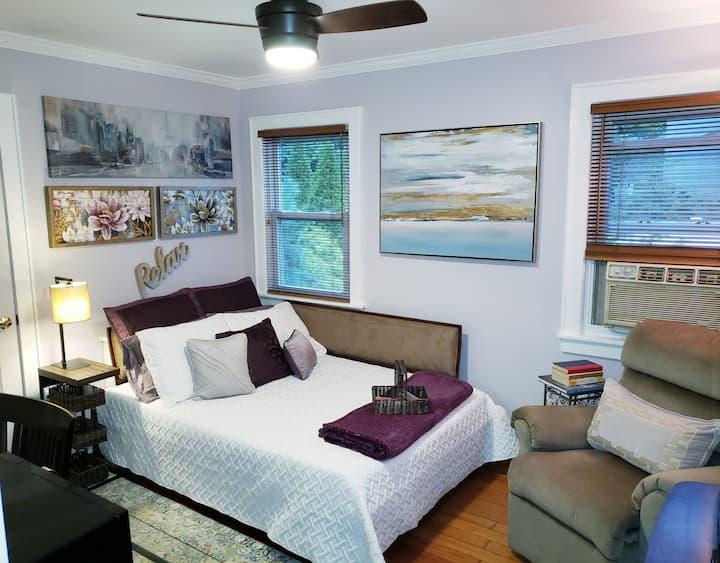 Gorgeous room in quiet street w/desk, shared bath