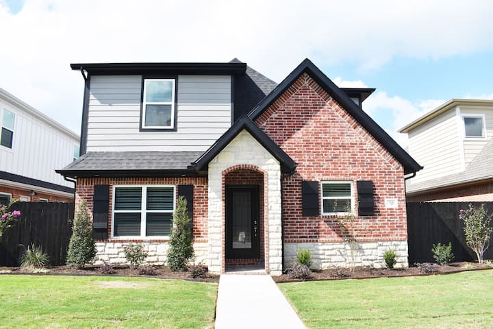 Luxurious Fayetteville home, sleeps 8! Near U of A