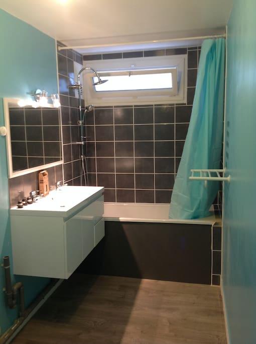 Salle de bain avec baignoire, double vasque Présence d'un lave-linge