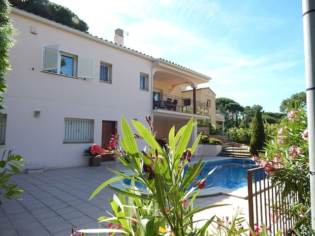 Chalet with private Pool only 600 m from the beach - Sa Riera - Rumah