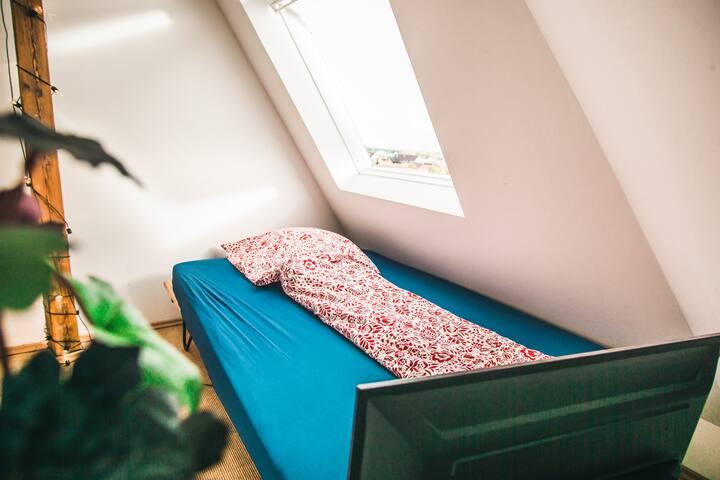 Das Doppelbett oben, direkt unter dem Dach, besonders bei Regen sehr gemütlich