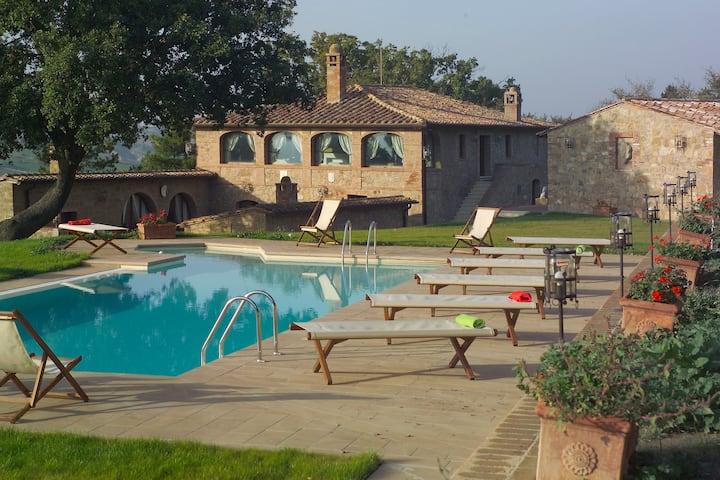Villa with pool in Monticchiello,Airco,BBQ,View