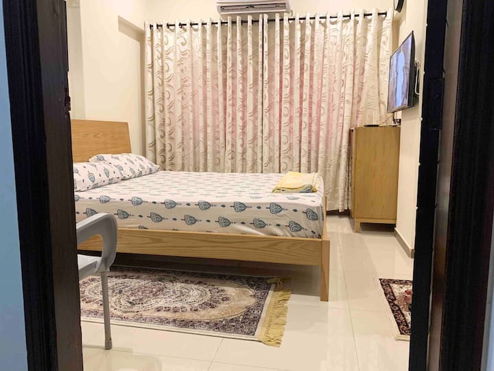 Studio in the heart of KHI, WiFi+ Netflix+ SmartTv
